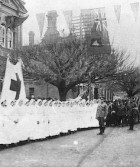 Red Cross nurses and troops outside Town Hall - Albury, NSW, 1914-18, image courtesy SLNSW